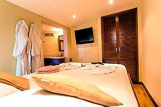 Master Stateroom with queen bed Okeanos Aggressor II